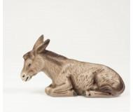 Krippenfigur-Esel-liegend-in-der-Krippe-bei-Maria-und-Josef-und-dem-Kind-wachend