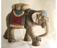 Krippenfiguren-Elefant-mit-Gepäck-am-Weg-zur-Krippe