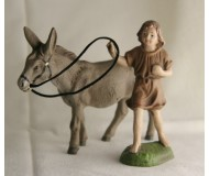 Krippenfigur-Junge-mit-Esel