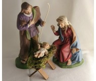 Krippenfiguren-Heilige-Familie-mit-dem-Jesuskind-in-der-Holz-Krippe