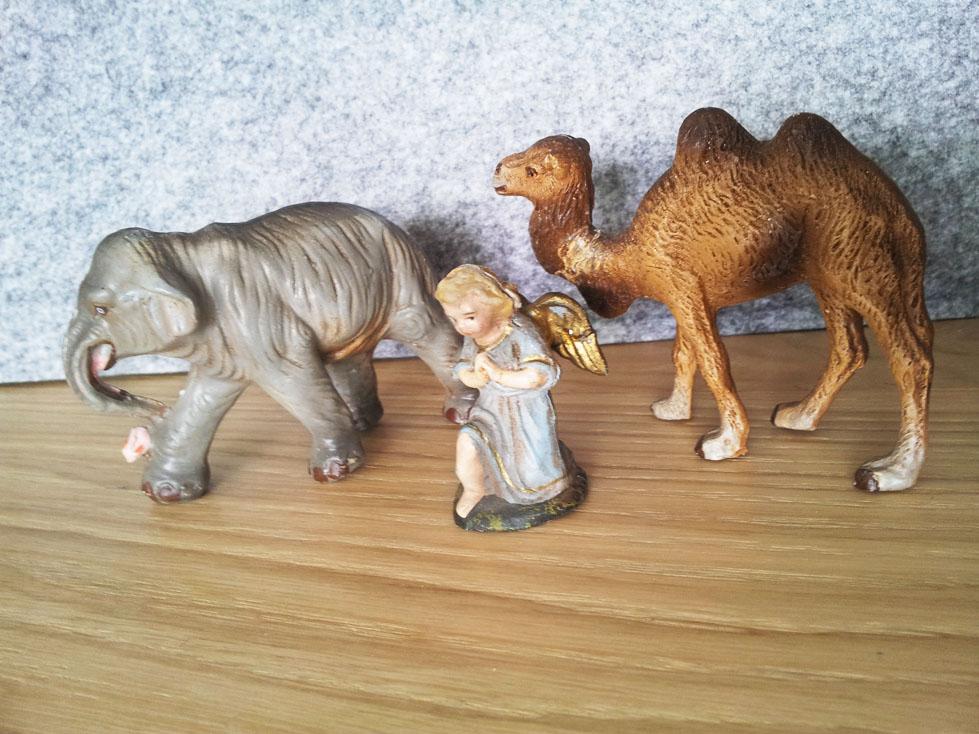 Alte Krippenfiguren, kleiner Elefant, kleines Kamel und Engel